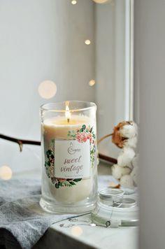 Świeca zapachowa z biżuterią od Surprise Candle Candle Jars, Candles, Sweet, Vintage, Candy, Vintage Comics, Candle Sticks, Candle