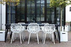 En bijzondere tuintafel, sterk en functioneel. Schuif er een paar design stoelen bij aan het laat het voorjaar maar beginnen!