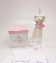 κουτί βαπτιστικό με ζωγραφισμένο λουλούδι ,λαμπάδα και ποδιά με το ίδιο θέμα