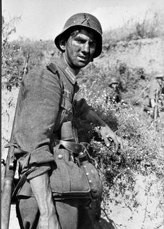 Soldado alemán exhausto, Rusia, 1941.