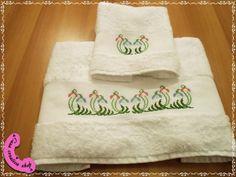 Coppia di asciugamani con ricamo punto croce.