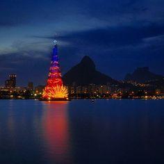 Com 85 metros de altura e mais de 3 milhões lâmpadas, a árvore de natal da Lagoa Rodrigo de Freitas encanta pela beleza de suas cores. Confira o show de luzes com quatro fases de iluminação e participação especial da cidade do Rio de Janeiro! Foto: @mquinhoes