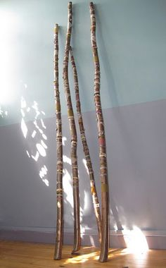Diy Good-Luck Branches This Scandinavian craft involves strings, yarns, ribbons… Murs Pastel, Wiccan Crafts, Practical Magic, Walking Sticks, Nature Crafts, Book Of Shadows, Occult, Witchcraft, Decoration