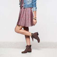Meninas, look super romântico com estampa de flores e jaqueta jeans! Para um toque descolado use o coturno! Shop: http://bit.ly/1lpM1iY