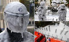 Policiais que fazem barreira diante de protesto são cobertos por espuma de sabão disparada por bombeiros em Bruxelas, na Bélgica. Os bombeir...