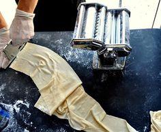 Πώς να φτιάξετε φρέσκα, λαχταριστά ζυμαρικά με τις δικές σας πρώτες ύλες Cheese Pies, Pasta, Cooking, Spaghetti, Board, Kitchen, Cheesecakes, Noodle, Brewing