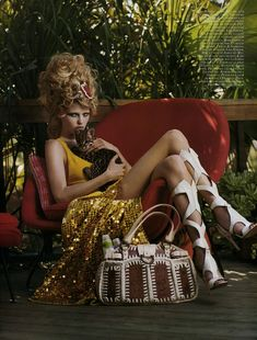 Quand Lara Stone pouponne un bébé tigre dans le Vogue France