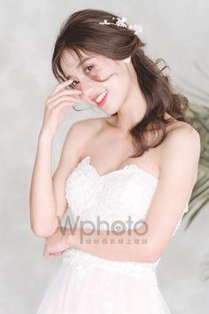 6款輕美式婚紗造型推薦-做個自然系活力新娘 Wedding Styles, One Shoulder Wedding Dress, Wedding Dresses, Fashion, Bride Dresses, Moda, Bridal Gowns, Fashion Styles, Weeding Dresses