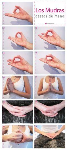"""Mover las manos de manera consciente tiene un significado profundo según la tradición yóguica. Los gestos formados con manos y dedos resuenan en todo el cuerpo y logran aportar toda una serie de efectos benéficos. En el yoga se llaman mudras y se traducen como """"gestos, sellos"""": están conectados con cuerpo y mente y los gestos de los dedos canalizan y dirigen los flujos de energía."""