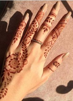 Simple Mehndi Designs for Hands & Fingers in 2019 We have presented here amazing and simple henna or mehndi designs for women and girls to wear nowadays. Check out the latest patterns of mehndi designs you must see here and choose one of the best … Henna Tattoo Hand, Henna Tattoo Designs, Henna Tattoos, Easy Mehndi Designs, Henna Tattoo Muster, Finger Henna Designs, Simple Henna Tattoo, Mehndi Designs For Girls, Mehndi Design Photos