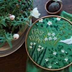 ここ数日、白い花の事を考えていました。体調を崩してしまった昨日、白い花の鉢植えを買ってきてくれました。さりげない気持ちが嬉しかったな...。#刺繍#手刺繍#花#早春#白#手作り#手仕事#ハンドメイド#マカベアリス #embroidery #embroideryart #earlyspring #white#flower #handmade #alice_makabe #handembroidery