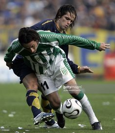 Boca Juniors' Fernando Gago (back) vies for the ball with Banfield's Martin Andrizzi, 06 August 2006, during their first match of the Apertura 2006 Champinship at 'La Bombonera' stadium in Buenos Aires. AFP PHOTO/Juan MABROMATA