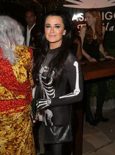 Pin for Later: Seht alle Halloween-Kostüme der Stars Kyle Richards als Skelett