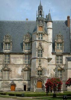 Beauvais, France. Beauvais : Façade Renaissance de l'ancien palais épiscopal (musée départemental de l'Oise) et jardin avec parterres et fleurs