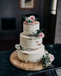 W E D D I N G ➳ This cake by @elliecakes_ is seriously #yummo Check out the full wedding at ➳paperandlace.com/milkstationwedding (or via link in profile)