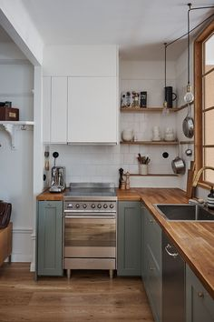 Home Decor Kitchen, Kitchen Interior, Beautiful Kitchens, Cool Kitchens, Kitchen Shelves, Kitchen Cabinets, Sage Green Kitchen, Magnolia Kitchen, Küchen Design