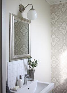Dagdrömmar & Verklighet: Budgetrenovering av toalett Bathroom Toilets, Bathrooms, Bathroom Stuff, Ikea Lamp, Downstairs Toilet, Vintage Farm, Bellisima, Sweet Home, New Homes