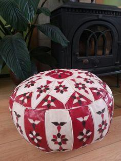Rood/witte leren poef met bloemen stikels Ottoman, Chair, Furniture, Home Decor, Recliner, Homemade Home Decor, Decoration Home, Room Decor, Home Furniture