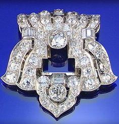 DIAMOND CLIP, 1930S, OF PIERCED GEOMETRIC DESIGN, SET THROUGHOUT WITH CIRCULAR-,