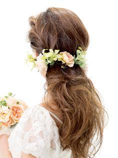 くしゅくしゅっと手ぐしでほぐしたラフ感がお洒落なダウンヘア。両サイドをつなぐようあしらったガーランド風のコサージュが、とてもエレガントな印象... Bridal Accessories, Wedding Hairstyles, Hair Styles, Flowers, Beauty, Orange, Happy, Fashion, Hairdos