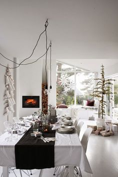 Spice Up Your Holiday Living Room With These Modern Christmas Decor Ideas, Featuring Neutrals, Metallics, And Natural Touches. Modern Christmas Decor, Christmas Interiors, Christmas Table Decorations, Cozy Christmas, Decoration Table, Simple Christmas, Xmas, Winter Holiday, Beautiful Christmas