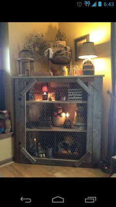 In love with this DIY Pallet and Chicken Wire corner shelf. In love with this DIY Pallet and Chicken Wire corner shelf. Primitive Furniture, Primitive Crafts, Rustic Furniture, Diy Furniture, Primitive Country, Primitive Cabinets, Furniture Plans, Bedroom Furniture, System Furniture