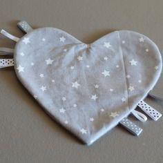 Doudou étiquette coeur gris à étoiles