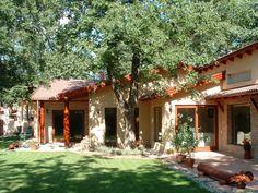 Több generációs család számára terveztem egy gyönyörű tölgyerdőbe ezt a 250 m2 alapterületű családi házat, úgy, hogy a lehető legkevesebb fát kelljen kivágni. Ami fákat mégis ki kellett vágni, azokat is felhasználtuk oszlopoknak az épületbe - át lettek örökítve, meg lett hosszabbítva ezzel az életük, a fedett terasz tartópilléreiként élnek tovább. Az épületet funkcionálisan teljesen…