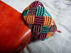 Bracelet macrame style échéquier quatre couleurs : Bracelet par smallgreendot