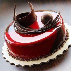 Еще один ракурс ,торт шоколад -вишня !!! Внутри мусс на темном шоколаде ,крем с вишней и бобами тонка ,желе с виски и соком вишни , бисквит брауни с кусочками вишни !!! Хорошего вечера