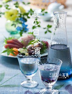 【日本酒とお刺身】写真素材 暑い夏に冷やして涼を味わう日本酒のイメージ。 鮪、鯛、 鯵を綺麗に盛り付けたお刺身と愉しむ冷酒です。