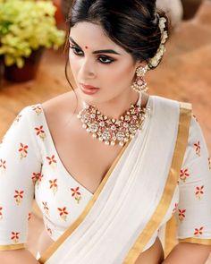 Samyuktha Menon Latest Hot Photosshoot for pranaah in Kerala Saree Beautiful Bollywood Actress, Most Beautiful Indian Actress, Beautiful Girl Indian, Beautiful Actresses, Beauty Full Girl, Beauty Women, Cute Beauty, Kerala Saree, South Indian Sarees