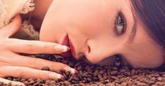 Jotting down some effective natural homemade beauty tips for glowing skin that are already tried and tested. Christina Ricci, Causes Of Bad Breath, Beauty Tips For Glowing Skin, Yeast Infection Treatment, Homemade Beauty Tips, Uses For Coffee Grounds, Coffee Benefits, Face Tips, Beauty Magazine