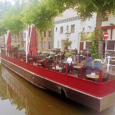 Een van de mooiste locaties van Nederland. Het #terras van Het Gulden Vlies in Alkmaar. Deze #windschermen hebben we nieuw gemonteerd   #hetguldenvlies #alkmaar #alkmaarprachtstad #windscherm #terrasschot #terras #horeca #café #restaurant #hotel #omzet #fastfoodomzet #fastfood #horecalife #horecaimage#horecaimage Fastfood, Restaurant, Image, Porches, Diner Restaurant, Restaurants, Dining