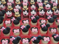 Niver fe tete Minnie Birthday, Minnie Mouse Party, Mouse Parties, Cookie Decorating, Biscuits, Favors, Birthdays, Alice, Cupcakes