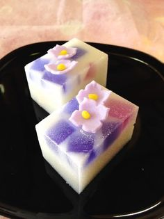 whats good to eat: That looks good. dont know what its called but . Japanese Sweets, Japanese Pastries, Japanese Wagashi, Japanese Cake, Japanese Food, Desserts Japonais, Jelly Cake, Cute Food, Confectionery