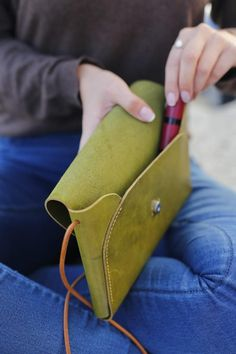 Leather Purse Diy, Leather Gifts For Her, Leather Bag Pattern, Small Leather Bag, Leather Bags Handmade, Leather Craft, Leather Handbags, Leather Purses, Small Leather Crossbody Bag