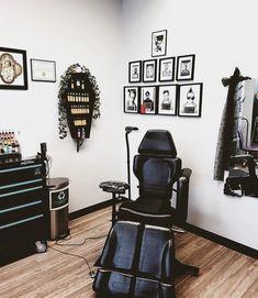 Tattoo Shop Decor, Tatto Shop, Tattoo Studio Interior, Tattoo Estudio, Tattoo Station, Famous Tattoo Artists, Modern Tattoos, Tattoo Equipment, Home Tattoo
