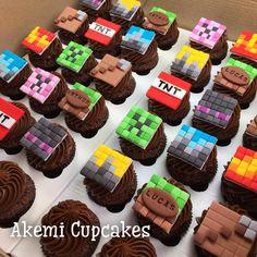 Que tal cupcakes Minecraft com o nome do aniversariante? 👾 Se você também quer ter a Akemi Cupcakes na sua comemoração, envie um e-mail para akemi.cupcakes@gmail.com e peça seu orçamento 😊🎀 Acesse o site www.semanadocupcake.com e faça sua inscrição no nosso workshop 👍 É grátis 😉😍