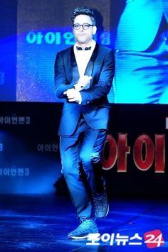 "RDJ dancing gangnam-style (sort of) at the red-carpet premiere of ""Iron Man 3"" in Seoul, South Korea, April 4, 2013."