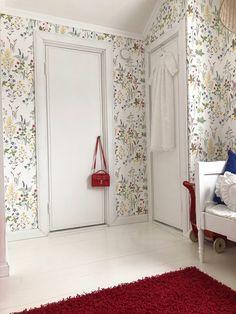 Lastenhuoneen kukkatapetti ja valkoinen lautalattia. #flowerwallpaper #floralwallpaper #whitefloor #childrenroomideas #kidsroominspo #lastenhuone #leikkitila #sandbergflora