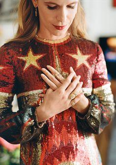 Eugenie Niarchos im Paillettenkleid von Valentino und mit Ringen aus der eigenen Kollektion.