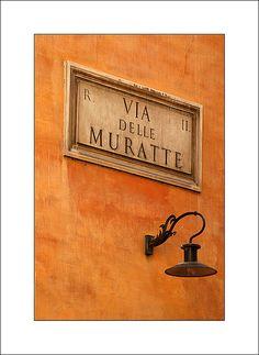Rome, orange wall and lamp, Via delle Muratte. Photo by S. Lo.