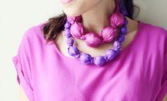 Collane con ritagli di stoffa http://www.lovediy.it/collane-con-ritagli-di-stoffa/ Collane originali e alla #moda, realizzate con strisce di #stoffa e palline di legno!