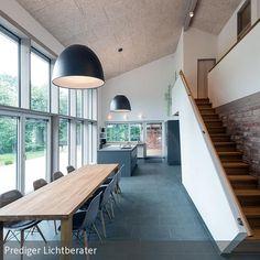 Viel Platz für viele Gäste: Großzügige Küche mit geräumigem Essbereich