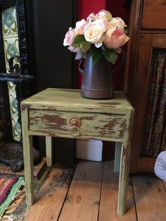 Take one old side drawer from attic, add chalk paint and hey presto!! Not bad for my first attempt