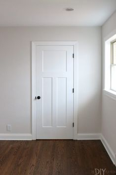 Classic white craftsman doors with black hardware. Love this classic color combo for a home renovation. White doors with black hardware gives us all the heart eyes! Plus tips for when you're buying new doors, knobs, and hinges for your own home. Craftsman Interior Doors, Craftsman Style Interiors, Craftsman Style Doors, White Interior Doors, Interior Door Styles, White Doors, 3 Panel Interior Doors, Interior Door Knobs, Craftsman Houses