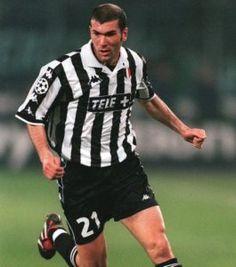 Zinedine Zidane mengaku sangat senang karena nomor punggungnya di Juventus bisa menjadi nomor legendaris, Selama bermain bagi Juve, Zidaane mengenakan nomor punggung 21