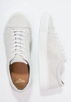 Ein schicker Sneaker für dein sportliches Alltags-Outfit. Royal RepubliQ SPARTACUS - Sneaker low - white für 90,95 € (05.01.17) versandkostenfrei bei Zalando bestellen.