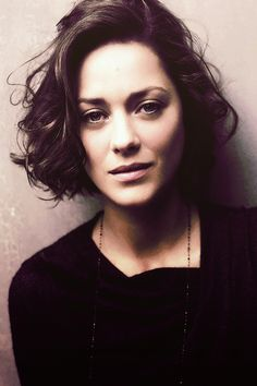 The lovely Marion Cotillard. Haircuts For Curly Hair, New Haircuts, Short Bob Hairstyles, Curly Hair Styles, Cool Hairstyles, Fashion Hairstyles, Marion Cotillard Hair, Marion Cottilard, Flower Crown Hairstyle